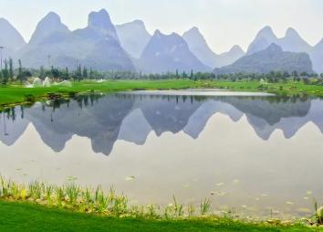桂海晴岚,桂林网红草原+湖泊,绿地、湖泊、山水倒影。